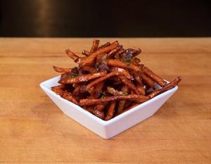 Fritas de batata doce caramelizada com molho de maple e bacon. Fonte: Site Oficial da Umami Burger