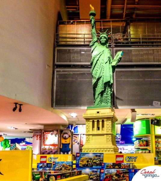 Escultura da Estatua da liberdade feita toda com peças de Lego