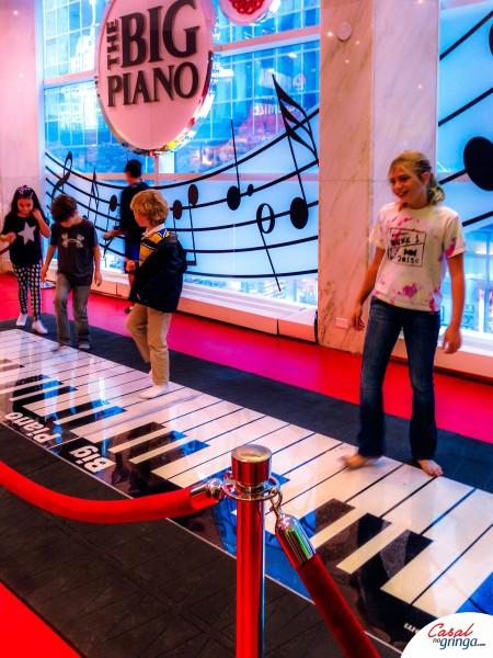 Tapete de piano que toca de verdade. Uma diversão para crianças e para adultos como eu.