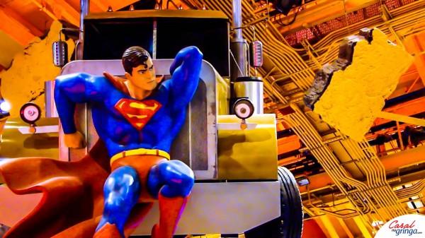 Um Superman em tamanho real segurando um caminhão no teto da loja