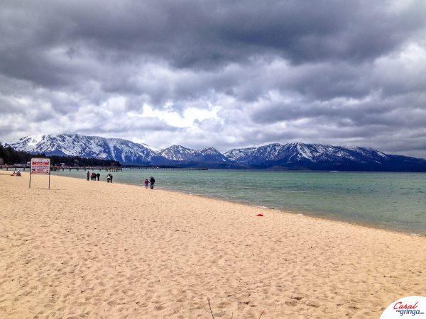 O grande Lake Tahoe cercado de montanhas com neve. Lindo não é?